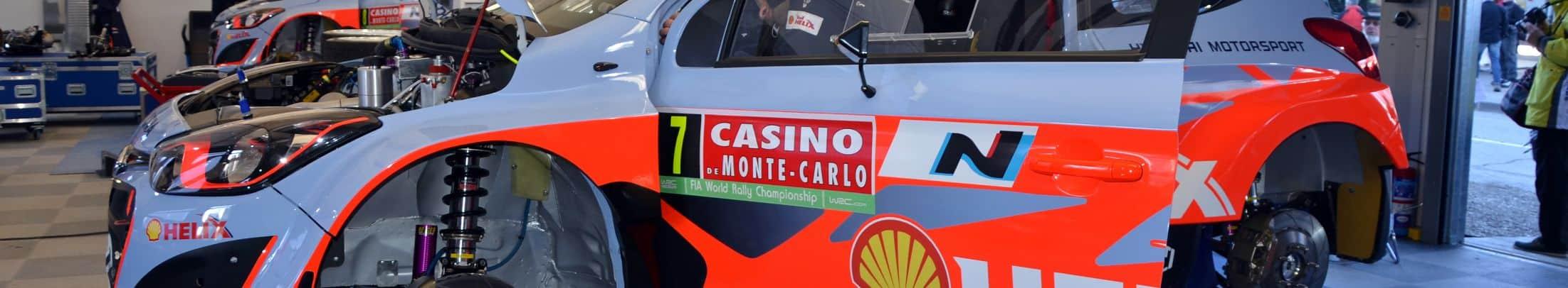 Voiture de course  : hyundai i20 WRC de rallye à l'assistance
