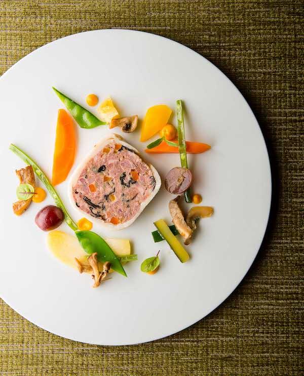 assiette restaurant entrée terrine avec légumes colorés