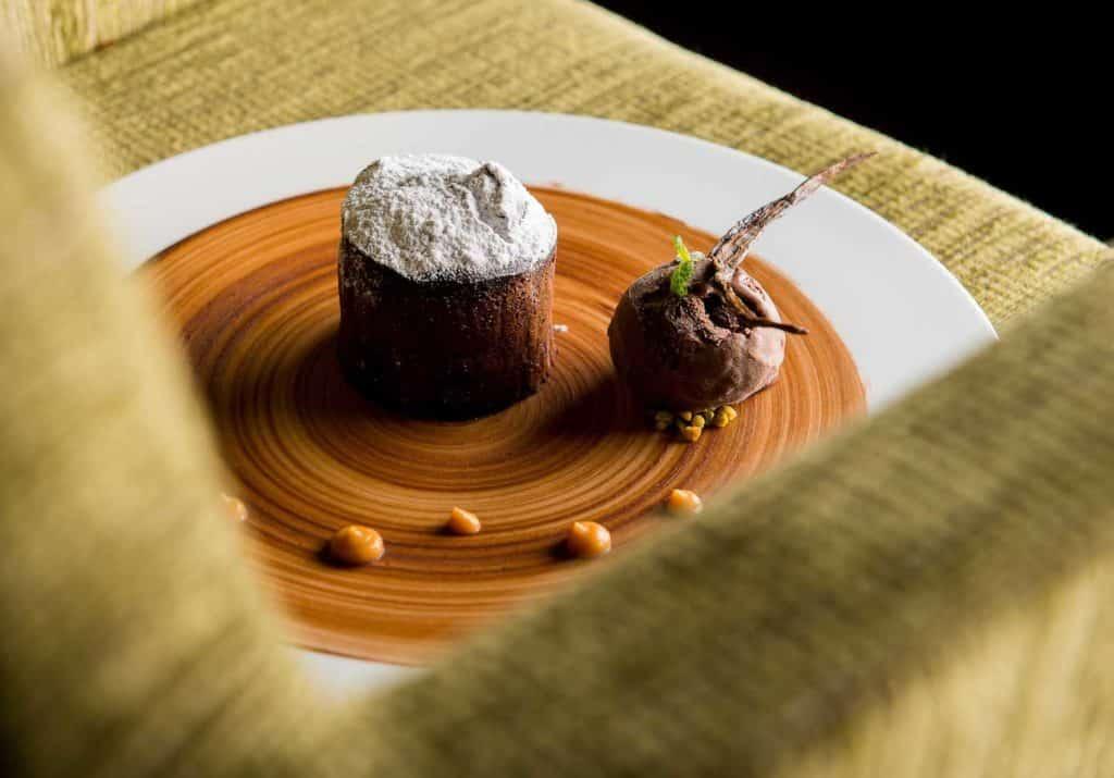 Dessert de chef dans un restaurant haut de gamme moelleux au chocolat